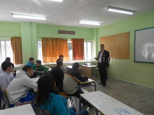 Ο κ. Γιώτης κατά την επίσκεψή του στο Λύκειο, όπου μίλησε στα μέλη της Ομάδας για της πηγές του Ασβεστοχωρίου