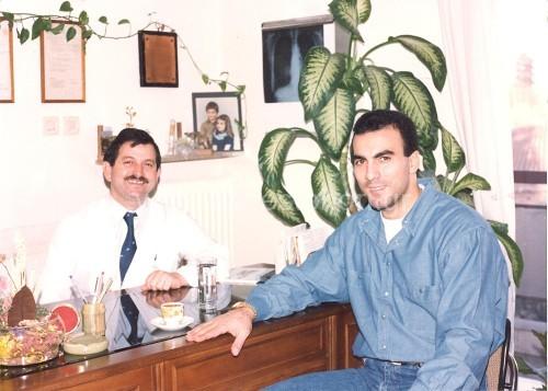 Ο Ηλίας Κωνσταντινίδης στο ιατρείο του με τον Νίκο Γκάλη