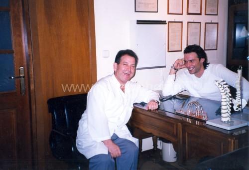 Ο Ηλίας Κωνσταντινίδης στο ιατρείο του με τον δημοφιλή ηθοποιό Στράτο Τζώρτζογλου