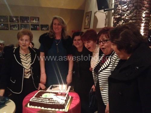 Ορισμένες κυρίες - μέλη του Συλλόγου ενώ ετοιμάζονται να σβήσουν τα κεριά για τα 20ά γενέθλιά του