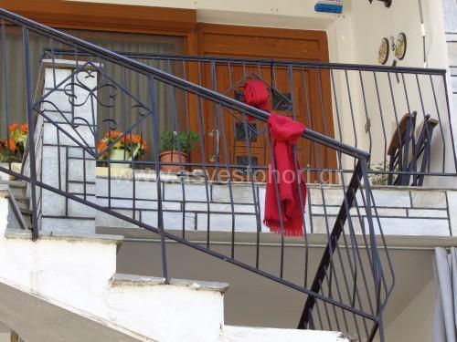 Οι νοικοκυρές στο Ασβεστοχώρι τήρησαν και φέτος το έθιμο και μετά το βάψιμο των αυγών τοποθέτησαν ένα κόκκινο πανί στο μπαλκόνι τους