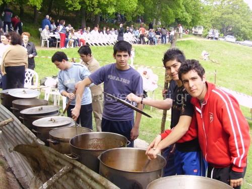 Ετοιμασία του κουρμπανιού στο Κουρί, από μέλη της Νεανικής Εστίας, το 2007