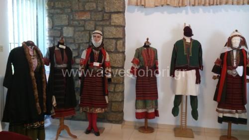 Ορισμένες από τις παραδοσιακές Ασβεστοχωρίτικες φορεσιές που εκτίθενται στην αίθουσα της Φιλοπτώχου Αδελφότητας Γυναικών Ασβεστοχωρίου