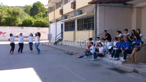 Ορισμένοι εθελοντές και εθελόντριες του Συλλόγου σε στιγμές ξεκούρασης, ενώ κάποιες άλλες χορεύουν στο ρυθμό της ορχήστρας