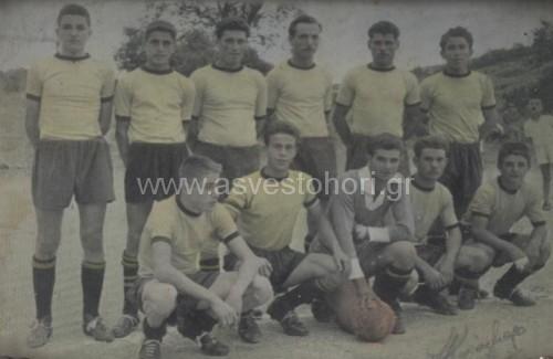 Η Νέα Γενεά κατά την αγωνιστική περίοδο 1956-57 που αποτελούσε το φόβητρο των αντιπάλων της στην ΕΠΣΜ. Οι 10 ποδοσφαιριστές της ενδεκάδας ήταν Ασβεστοχωρίτες.  Όρθιοι: Στέφανος Νείρος, Στέργιος Κυριαζής, Βαγγέλης Μαλαμάτης, Ντόρης Καρακάξας, Πέτρος Κραβάρης, Τάκης Κοντόπουλος. Καθιστοί: Τάσος Νείρου, Αστέριος  Κίσσας, Αντώνης  Καρπούζας, Γιώργος Δόσπρας, Λευτέρης Βαρελάς