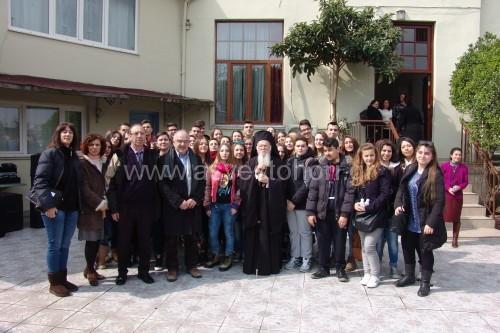 Έξω από την Παναγία των Βλαχερνών όπου μαθητές και καθηγητές έλαβαν την ευλογία του Πατριάρχη Βαρθολομαίου