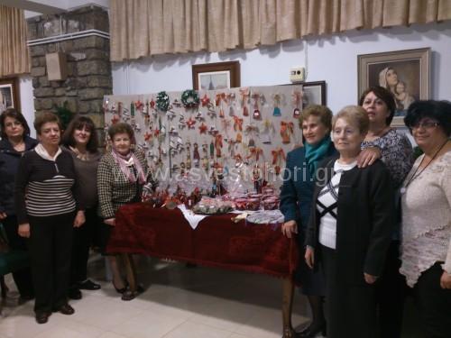 Κυρίες της Φιλοπτώχου Αδελφότητος στο χώρο όπου εκτέθηκαν οι χειροποίητες δημιουργίες τους