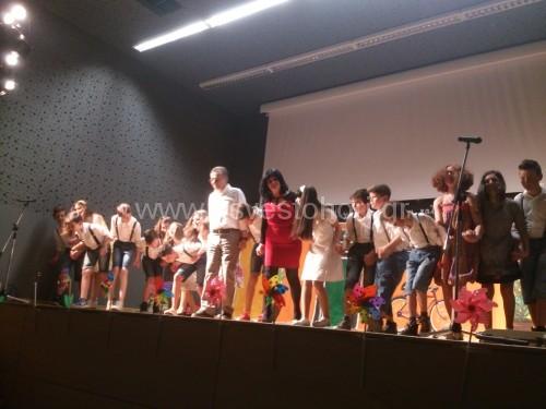 Η Ρίτσα Ζιάνκα, ο Ισίδωρος Ζουργός και οι μαθητές που συμμετείχαν στην παράσταση χαιρετούν μετά τοπέρα της το κοινό