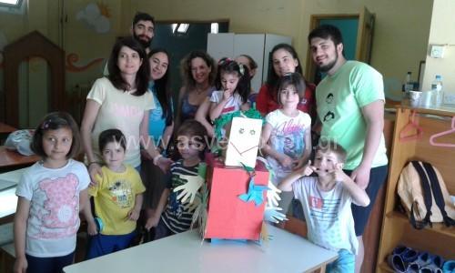 Για τη λήξη της ημερίδας, ένα χάρτινο ρομπότ γεμάτο χειρόγραφες εντυπώσεις, έμπνευση και υλοποίηση της Liudmila Trebunskikh, μέλoυς του Συλλόγου Γονέων και Κηδεμόνων των Νηπιαγωγείων Ασβεστοχωρίου