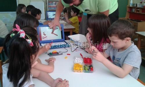 Διαλέγοντας τουβλάκια Lego και ακολουθώντας τις οδηγίες κατασκευής  από το τερματικό