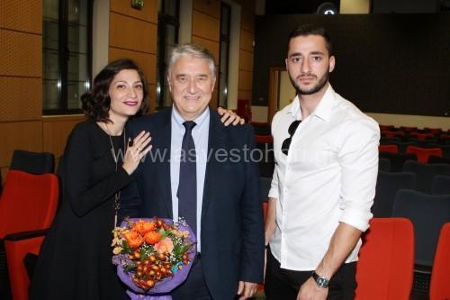 Ο συγγραφέας στην ομιλία του ευχαρίστησε τα παιδιά του Δήμητρα και Σταύρο για τη συμπαράσταση και τη βοήθεια που του παρείχαν στη συγγραφή του βιβλίου