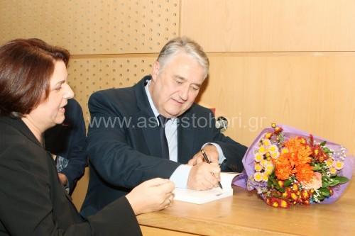 Η εκδήλωση ολοκληρώθηκε με υπογραφή βιβλίων από τον συγγραφέα